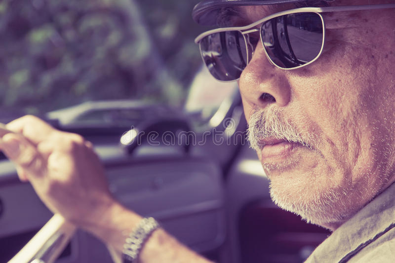 Homem mais idoso que conduz um carro fotos de stock royalty free