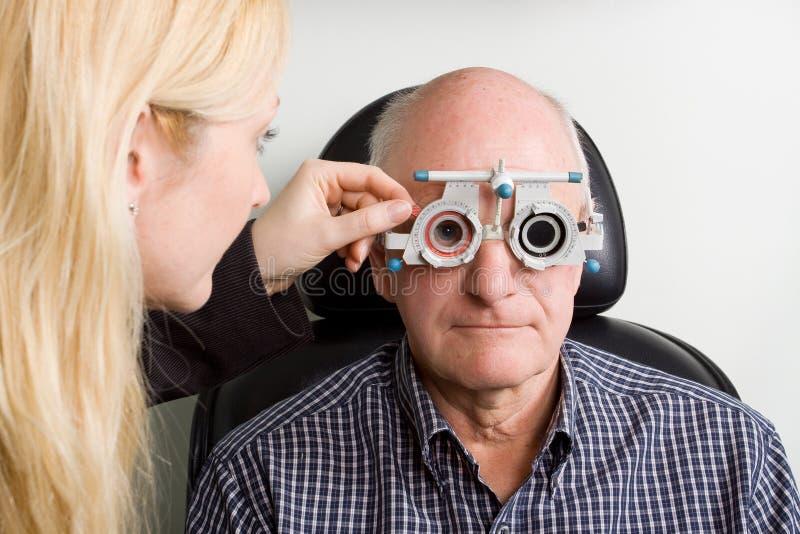 Homem mais idoso que tem a examinação de olho foto de stock royalty free