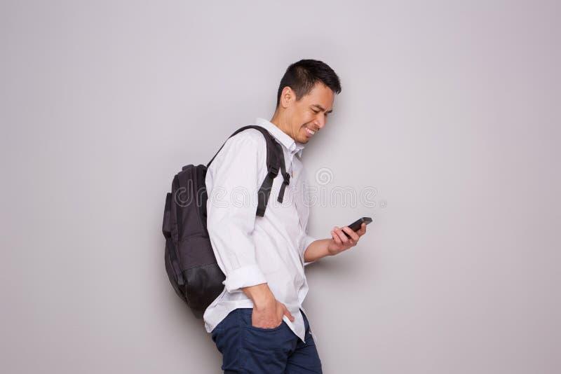 Homem mais idoso relaxado com saco e telefone celular fotografia de stock