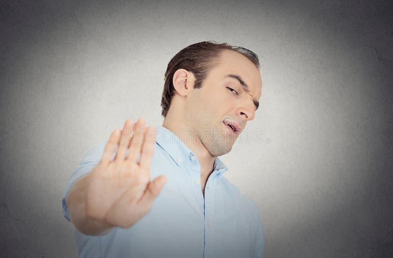 Homem mal-humorado com a atitude má que dá a conversa ao gesto de mão foto de stock royalty free