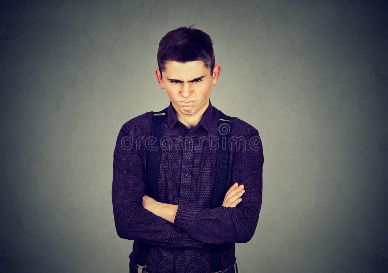 Homem mal-humorado irritado que olha desagradado muito imagem de stock