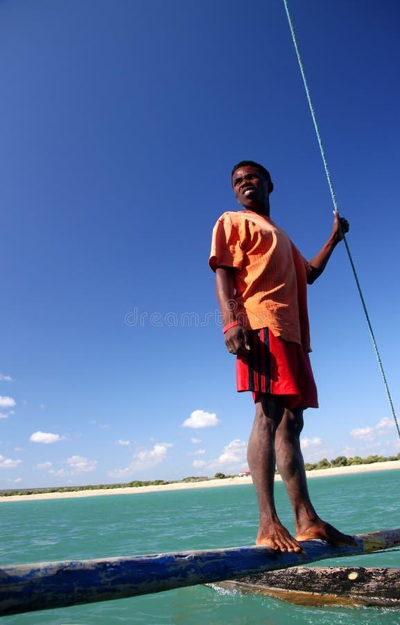 Homem malgaxe em um pirogue fotos de stock