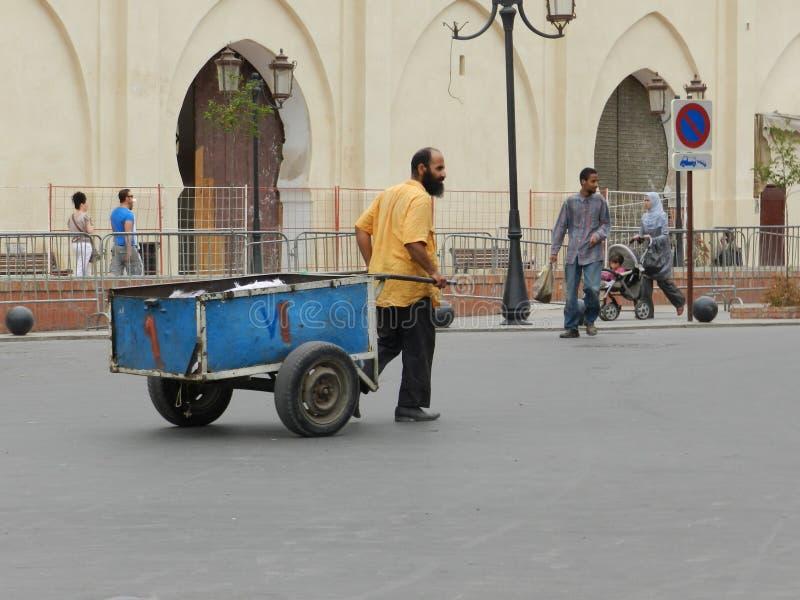 Homem marroquino com seu carrinho de mão fotos de stock