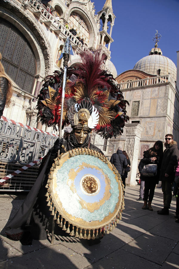 Homem mascarado no traje do guerreiro em San Marco Square durante o carro imagem de stock royalty free