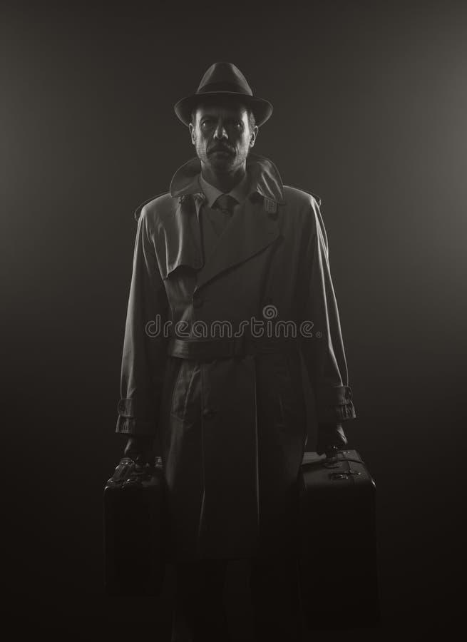 Homem misterioso que sae tarde na noite imagens de stock