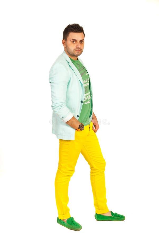 Homem modelo no verde e no amarelo fotos de stock