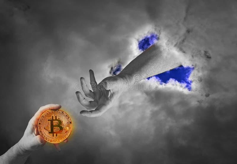 Homem mortal que recebe o bitcoin da mão celestial fotos de stock royalty free