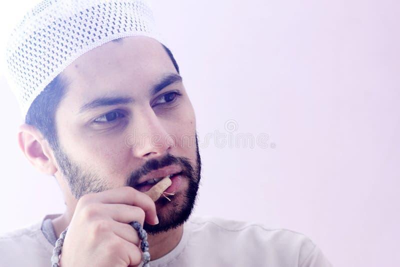 Homem muçulmano árabe com miswak da escova de dentes imagens de stock