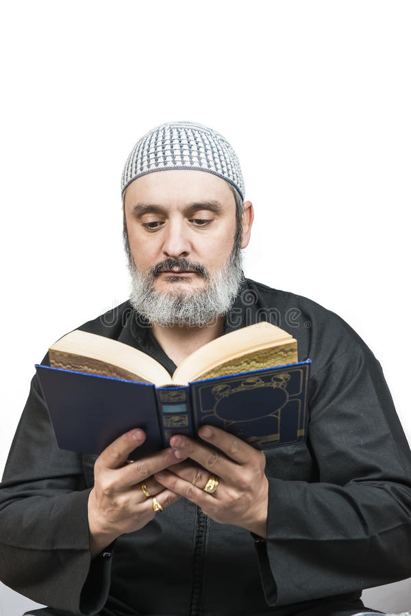 Homem muçulmano que lê o koran. foto de stock