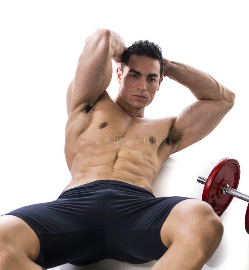 Homem muscular apto que faz exercícios do Abs foto de stock