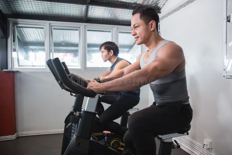 Homem muscular asiático que faz cardio- excercises imagem de stock