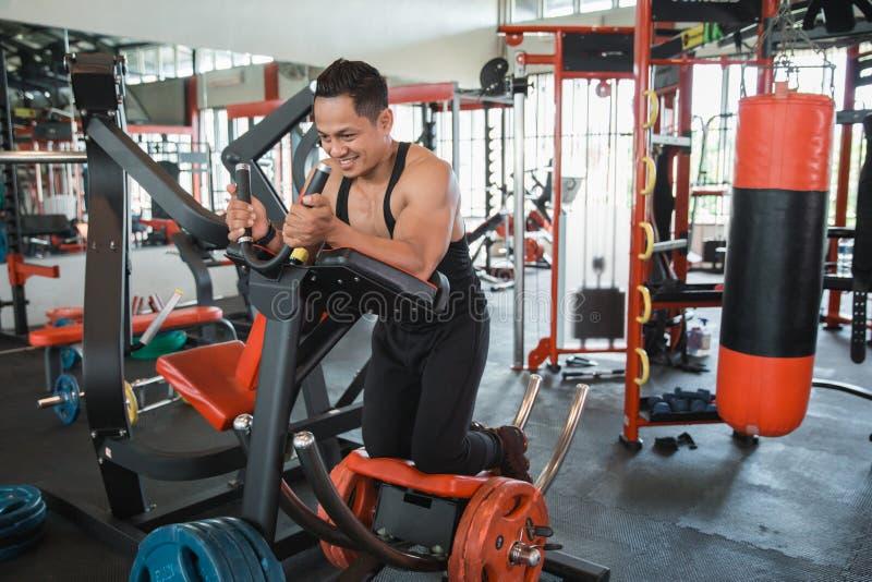 Homem muscular atlético que faz o exercício do Abs imagens de stock royalty free