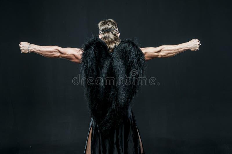 Homem muscular com asas pretas imagem de stock royalty free