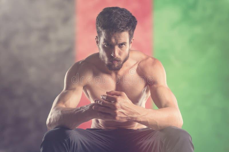 Homem muscular com bandeira de Afeganistão atrás fotos de stock