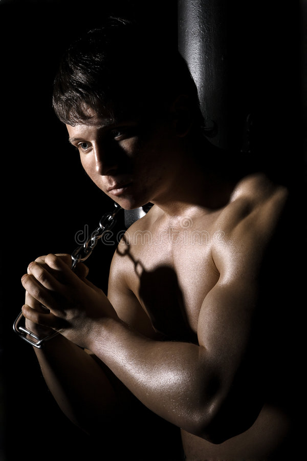 Homem muscular com corrente imagens de stock