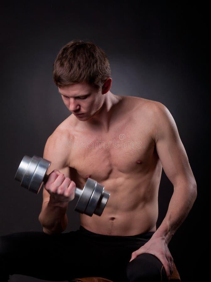 Homem muscular com dumbbell fotografia de stock royalty free