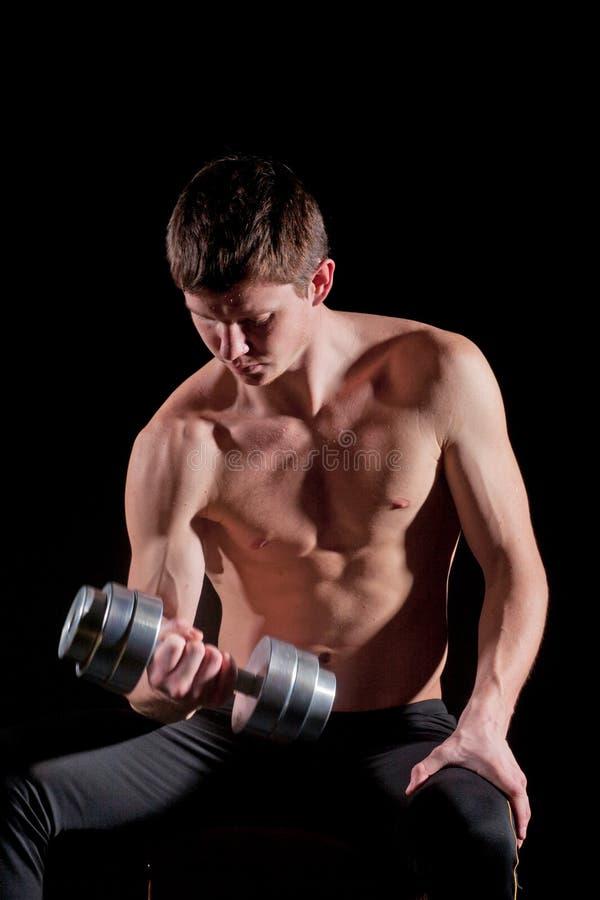 Homem muscular com dumbbell foto de stock royalty free
