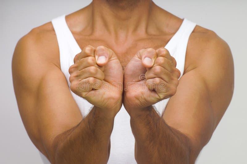 Homem muscular com mãos junto fotos de stock