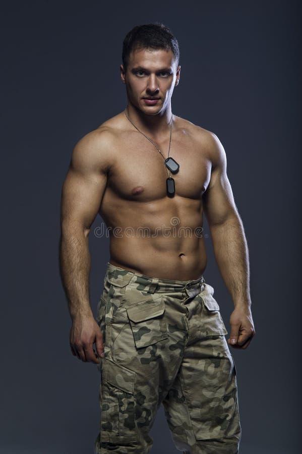 Homem muscular considerável imagens de stock