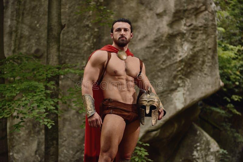 Homem muscular considerável na armadura do gladiador imagem de stock royalty free