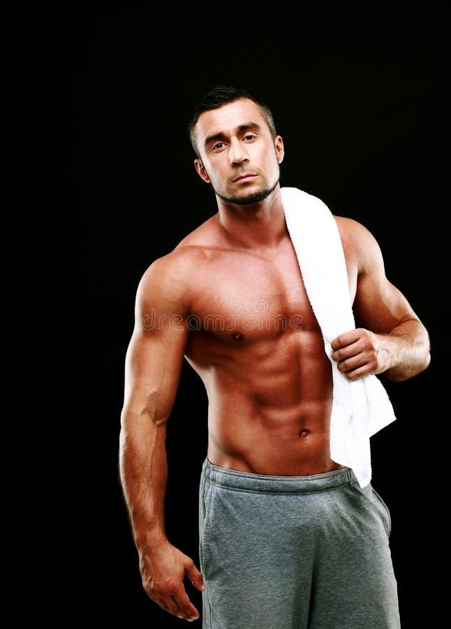 Homem muscular considerável que guarda a toalha imagens de stock royalty free