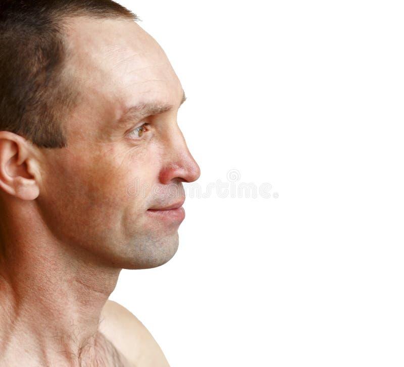 Homem muscular considerável sem camisa e as calças de brim vestindo foto de stock