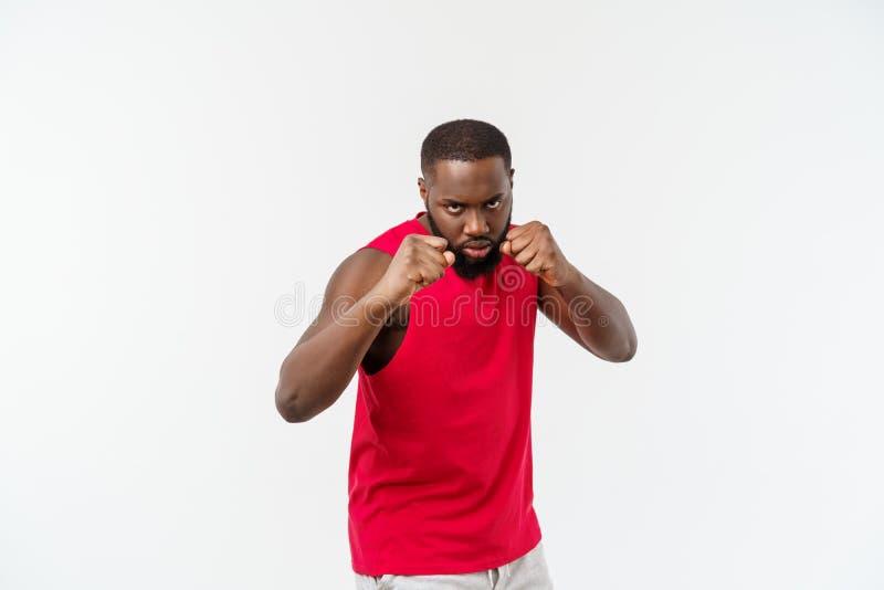 Homem muscular da ascend?ncia africana isolado sobre um fundo branco que mostra um close up de seus punhos e juntas raso foto de stock royalty free