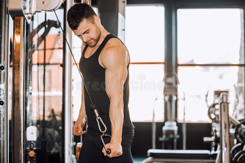 Homem muscular determinado que dá certo no gym fotografia de stock royalty free