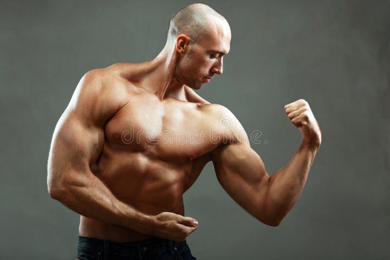 Homem muscular forte imagem de stock