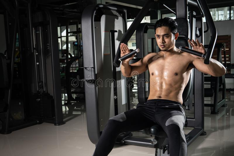 Homem muscular forte que prepara-se para o exercício no gym do crossfit Treinamento praticando do cruz-ajuste do atleta novo imagem de stock