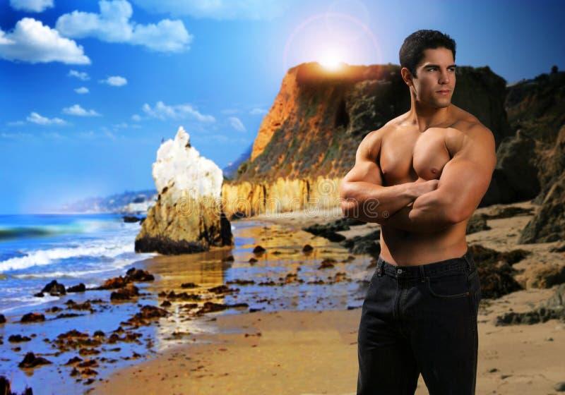 Homem muscular na praia fotografia de stock