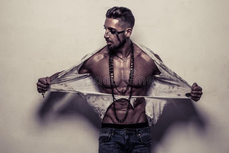 Homem muscular na roupa áspera que rasga-se fora de sua camisa imagens de stock royalty free