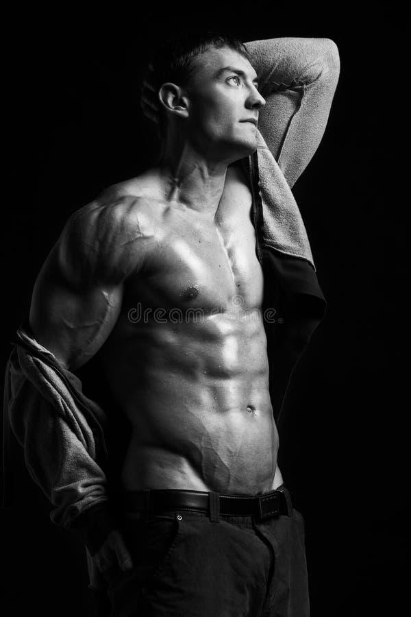 Homem muscular no estúdio imagem de stock