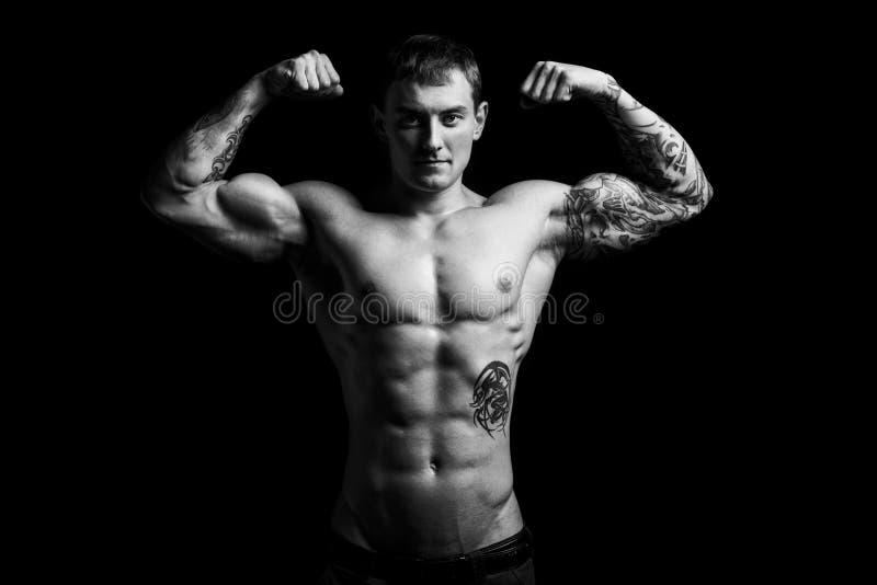 Homem muscular no estúdio fotos de stock