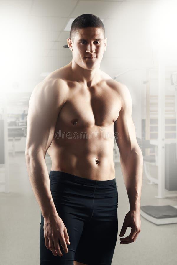 Homem muscular no Gym imagem de stock