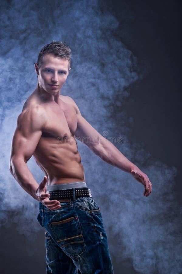 Homem muscular novo apto fotos de stock