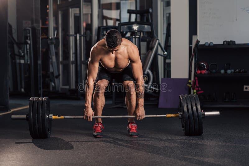 Homem muscular novo no gym que faz o exerc?cio imagens de stock royalty free