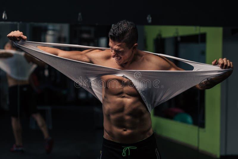 Homem muscular novo no gym que faz o exerc?cio fotos de stock royalty free
