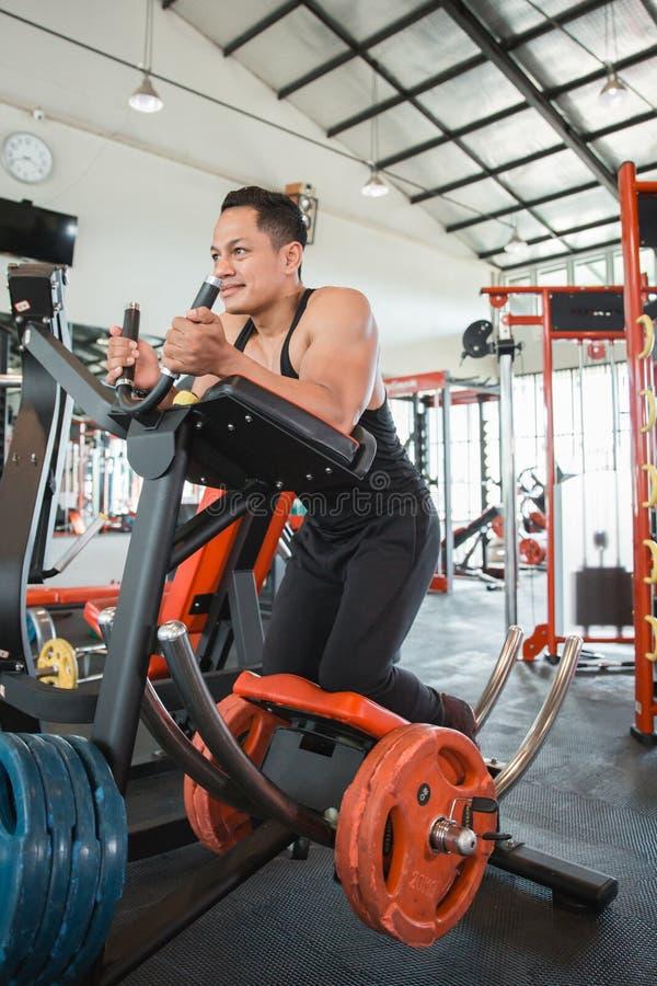 Homem muscular que faz o exercício do Abs imagem de stock