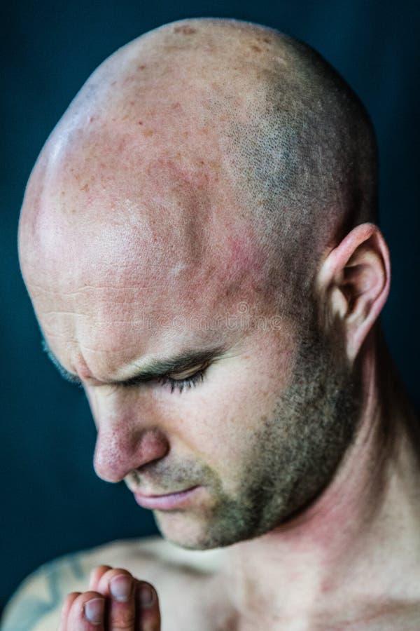 Homem muscular que medita durante a sessão da ioga fotografia de stock royalty free
