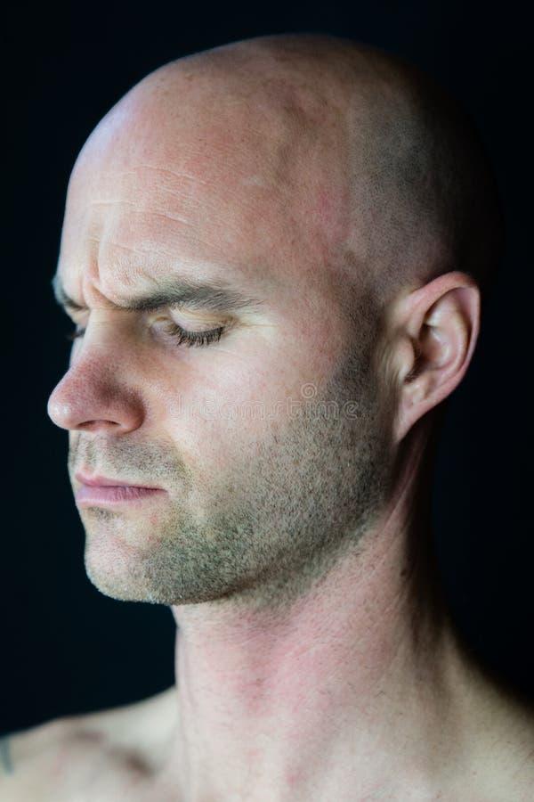 Homem muscular que medita durante a sessão da ioga imagens de stock royalty free