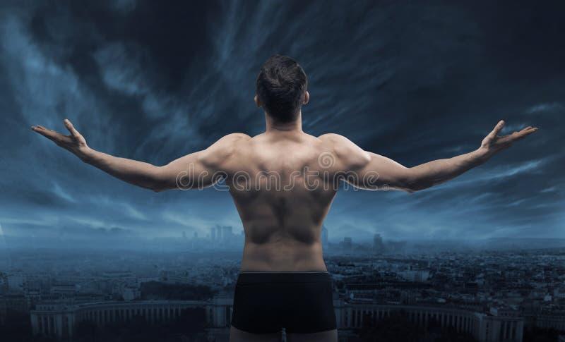 Homem muscular que olha a cidade imagens de stock royalty free