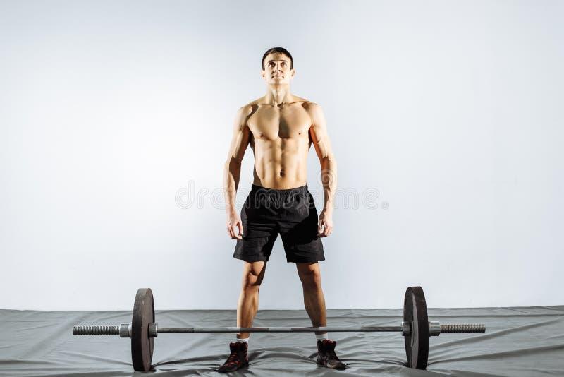 Homem muscular que prepara-se para fazer o deadlift imagens de stock royalty free