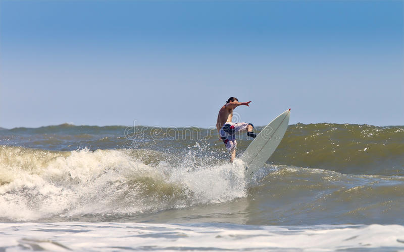 Homem muscular que surfa fotografia de stock royalty free