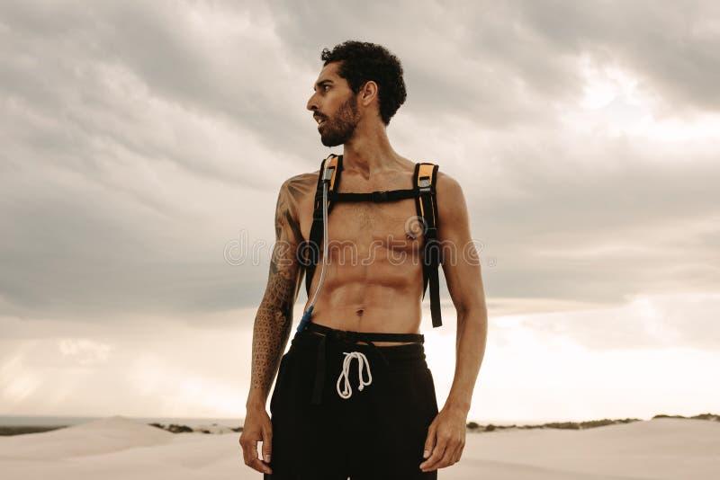 Homem muscular que toma uma ruptura do exercício fotos de stock royalty free