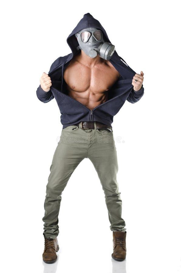 Homem muscular que veste a máscara antigaz, torso rasgado despido foto de stock