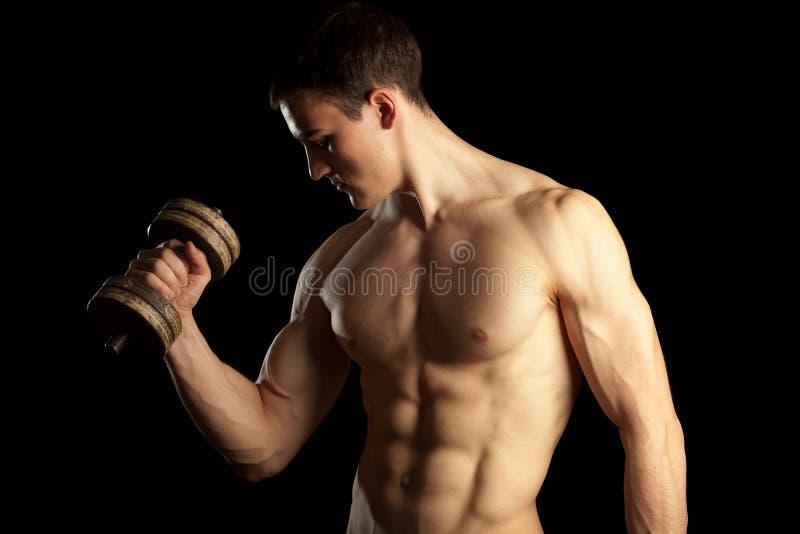 Homem muscular 'sexy' com Dumbells fotografia de stock
