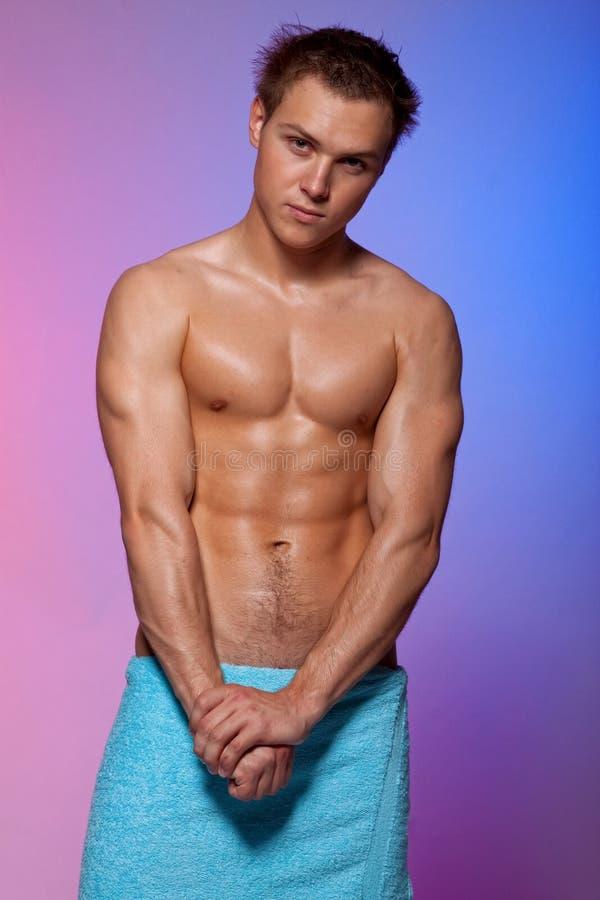 Homem muscular 'sexy' envolvido em uma toalha fotografia de stock royalty free