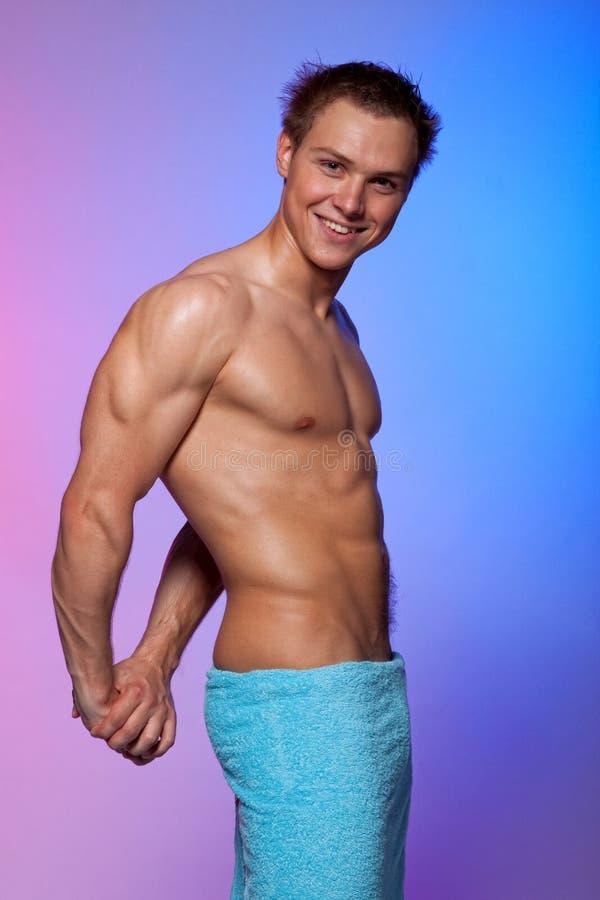 Homem muscular 'sexy' envolvido em uma toalha fotos de stock royalty free