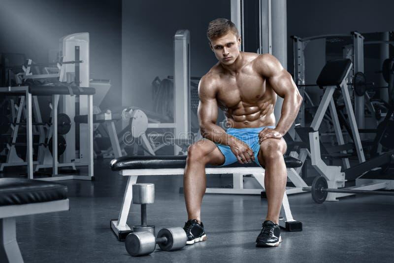 Homem muscular 'sexy' no gym que dá certo, abdominal dado forma Abs despido masculino forte do torso fotografia de stock royalty free